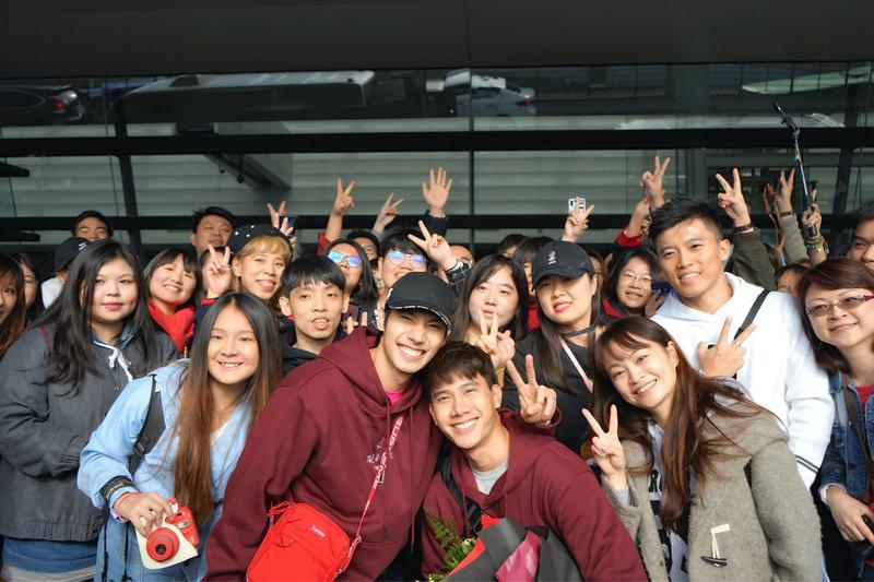 泰國BL劇《醉後愛上你2》2位男主角Tul(右)及Max(左)今抵達台灣,見到許多熱情的粉絲到機場接機十分開心。(TV Thunder,LIVE TV)