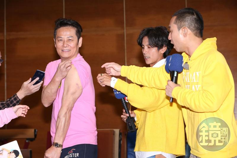 徐乃麟被拱秀肌肉,曾是游泳隊的他體格仍保持得不錯。