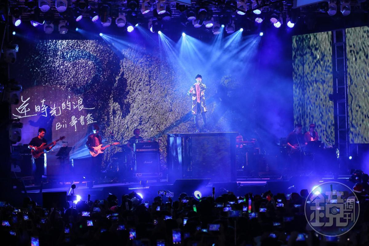 Bii畢書盡演唱歌曲時,台下觀眾紛紛以相機記錄這一刻。