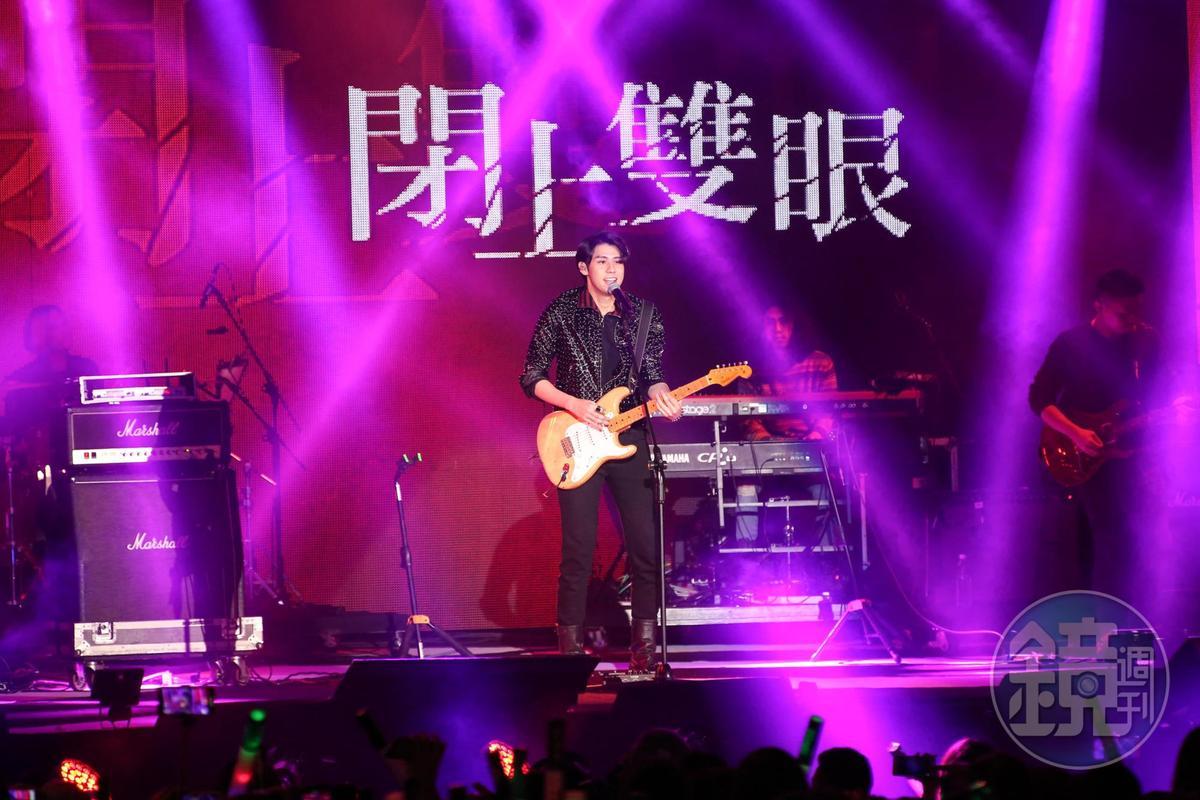 李玉璽全新改編搖滾風,自彈自唱展現功力。
