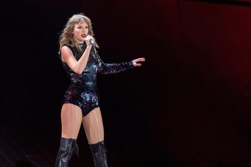 泰勒絲被爆出在美國洛杉磯的演唱會中,未告知群眾拍攝照片並使用人臉辨識,被質疑侵犯隱私權。(東方IC)
