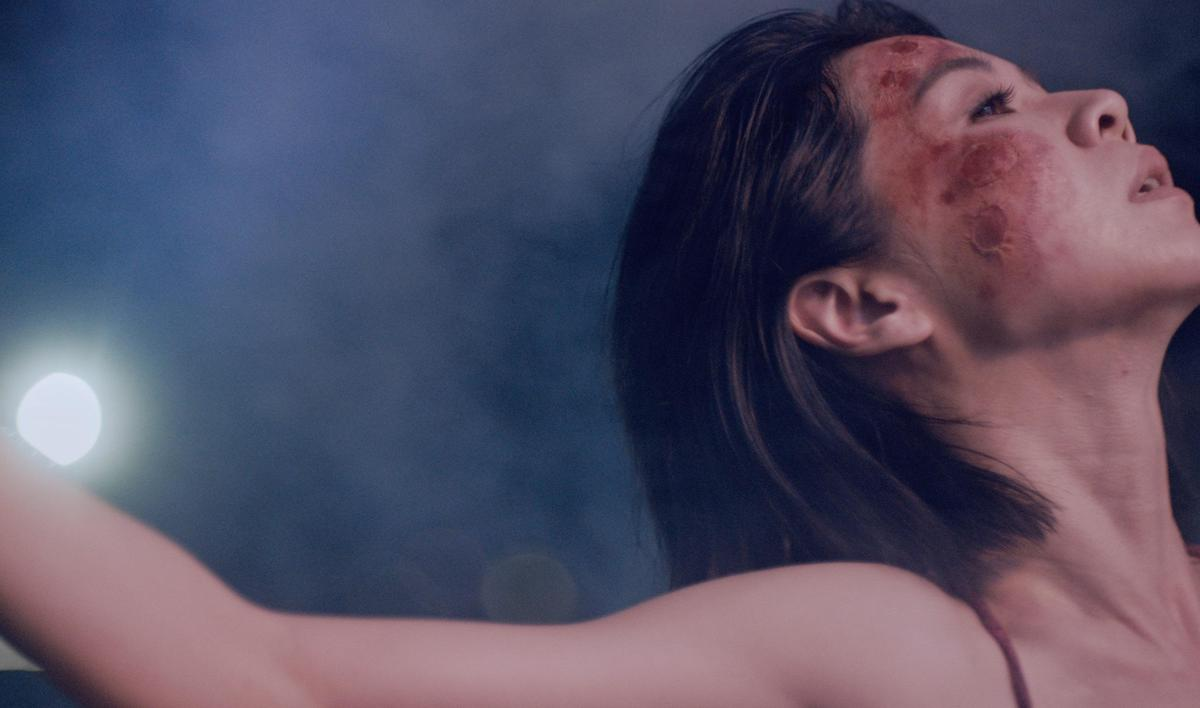 金馬影后謝盈萱跨刀MV扮演大地之母,臉上妝容傷痕累累,極具震撼力。(愛貝克思提供)