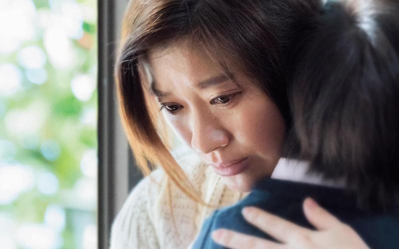 篠原涼子將腦死女兒帶回家中照料,過度的母愛讓她被視為病態,她的各種情緒轉折精彩,堪稱大銀幕代表作。(車庫提供)