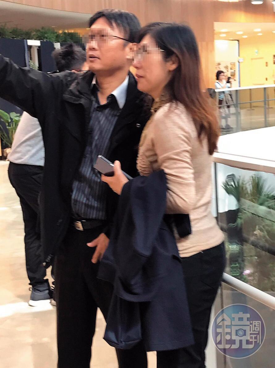 馬先生前妻(右)與陳律師(左)濃情蜜意自拍。