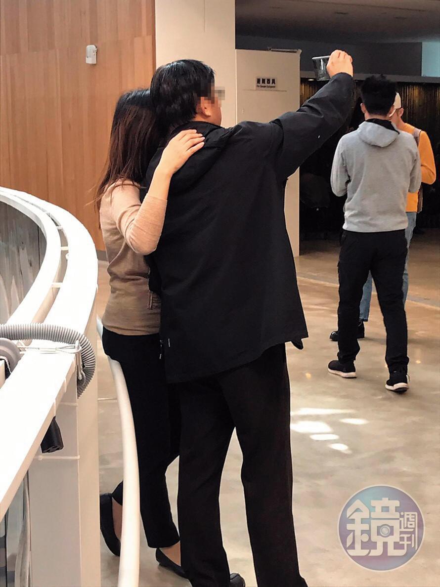 馬先生前妻與陳律師搭肩拍照的動作像是一般情侶一樣。