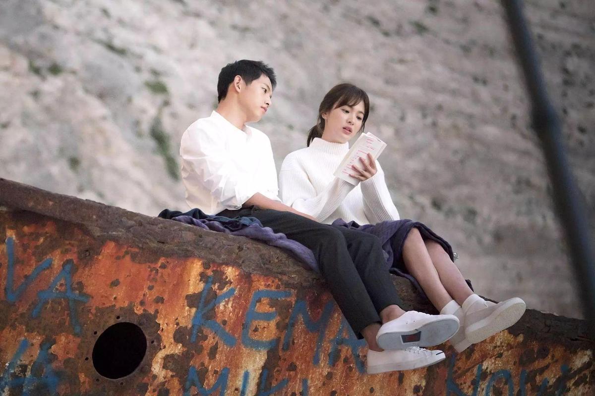 還記得姜暮煙醫生與劉大尉在這裡約會嗎?宋慧喬腳上穿的便是Suecomma Bonnie。(網路圖片)