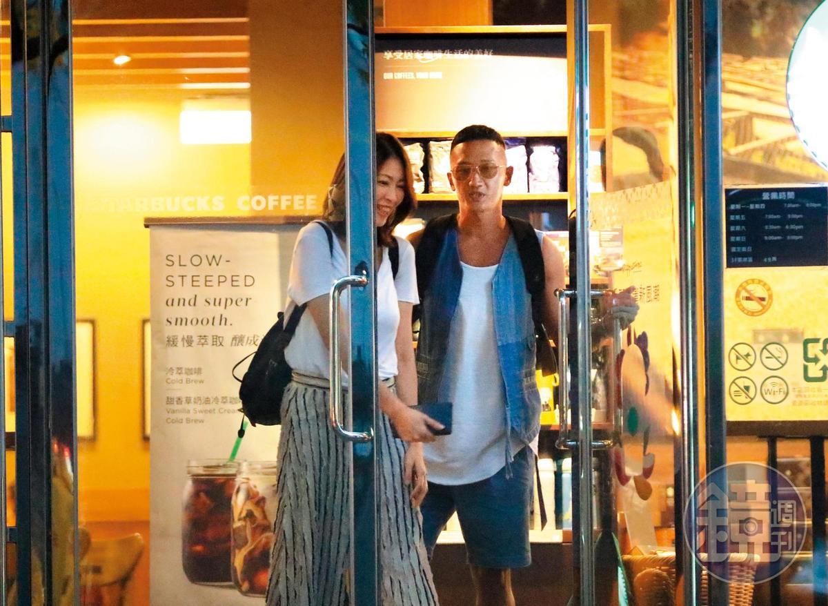 9月20日傍晚,高英軒在三立電視對面的星巴克與一名輕熟女喝咖啡聊天。