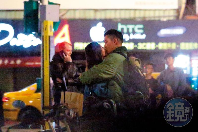 12/09 23:12 不顧旁邊還有人,兩人忍不住當場親了起來。