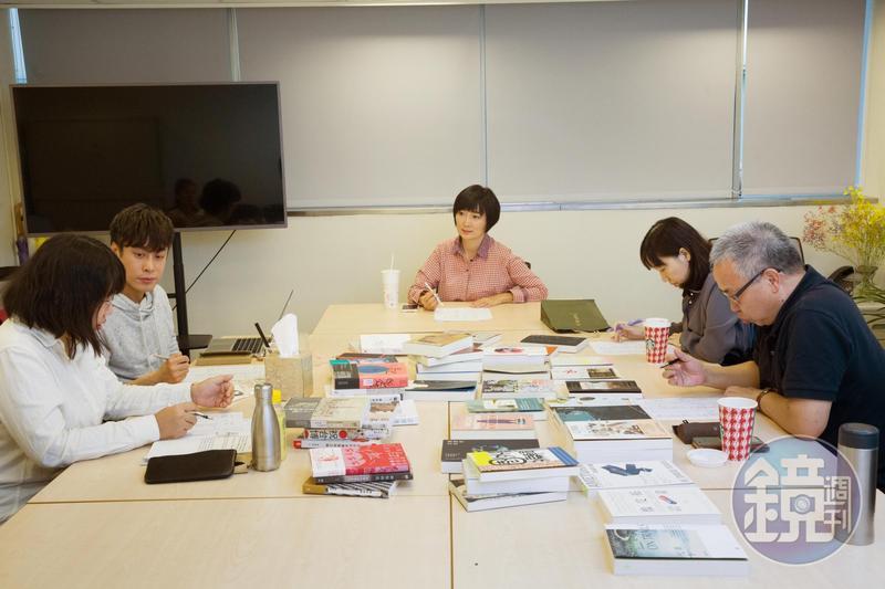 鏡週刊創意總監董成瑜(中)主持鏡文化2018年度好書決審會議。