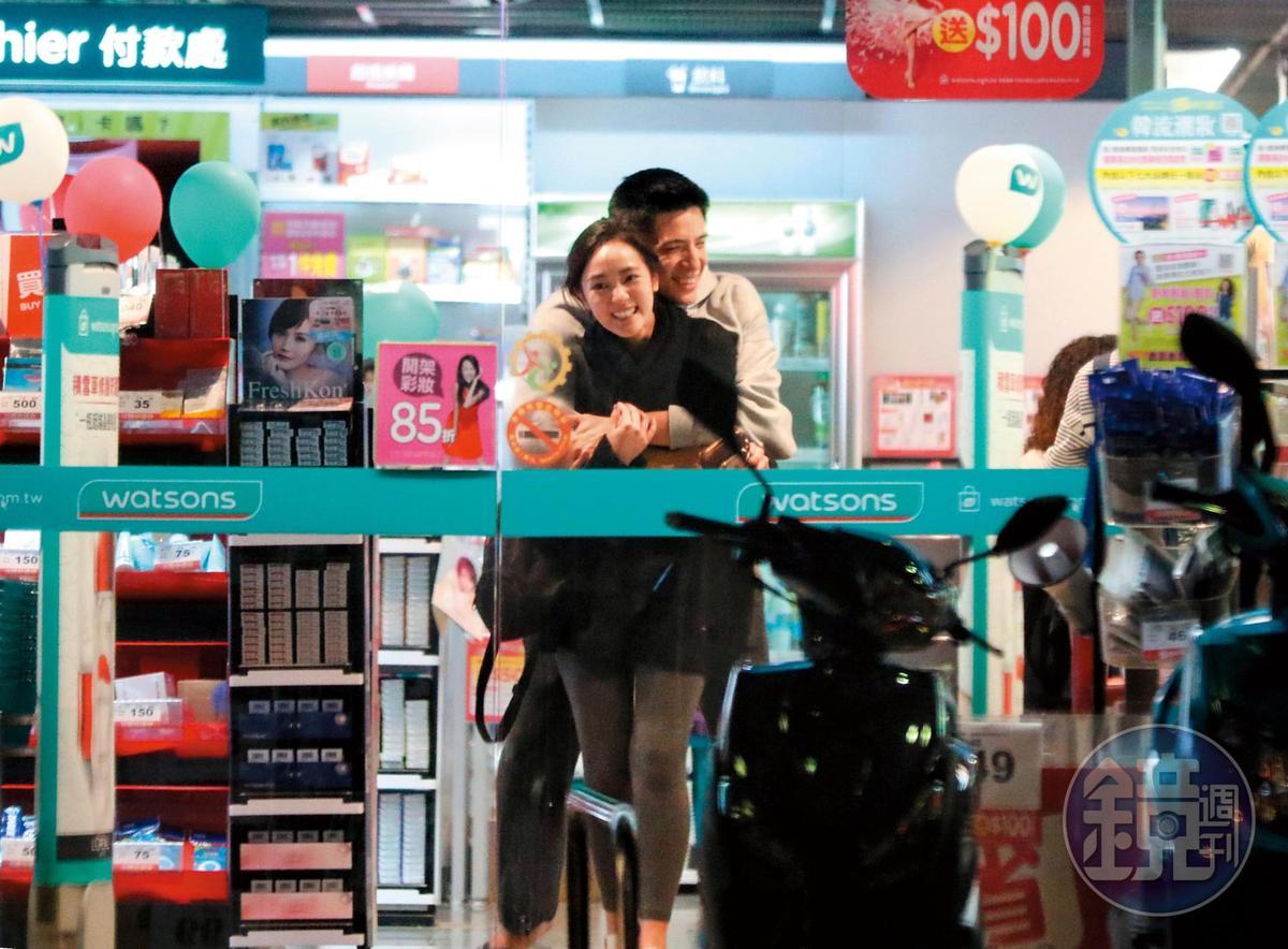 王淨(前)與林柏叡熱戀時走到哪都可以抱抱親親,連逛個藥妝店都可以旁若無人摟來摟去。