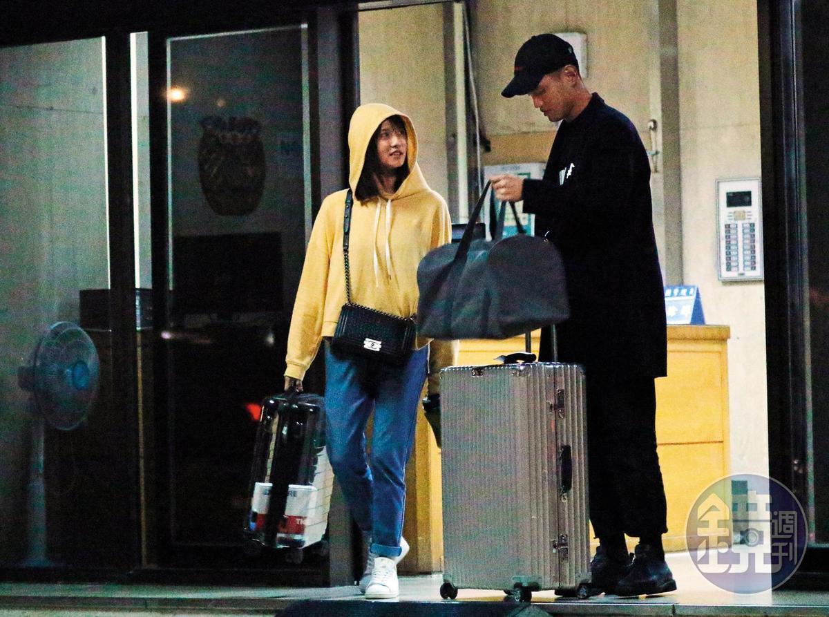 晚上近十點,謝富丞的友人和妞妞出門,他拉著行李箱,看似準備出遠門。