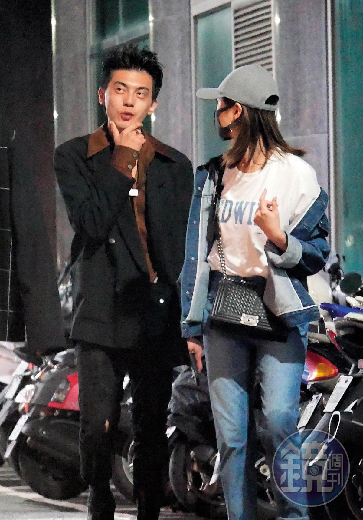 謝富丞和妞妞一起走到路旁叫車,兩人的服裝品味看似差異甚大,卻很有默契地將小包掛在腰前。