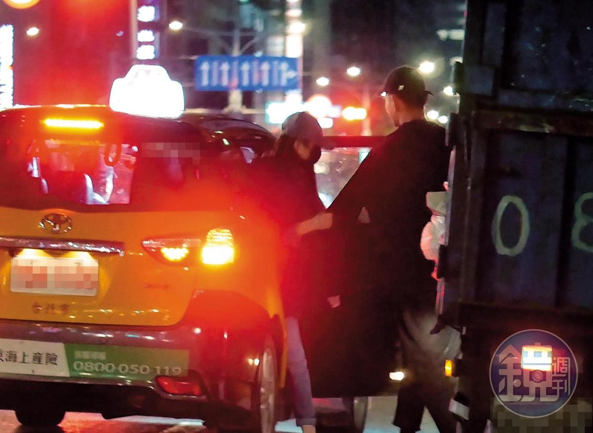 上計程車後,妞妞跟謝富丞一起回家。