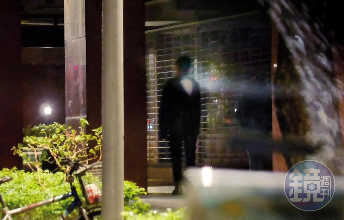 回到謝富丞住家後,疑似害怕被拍,謝富丞獨自往前走,留下妞妞在後。
