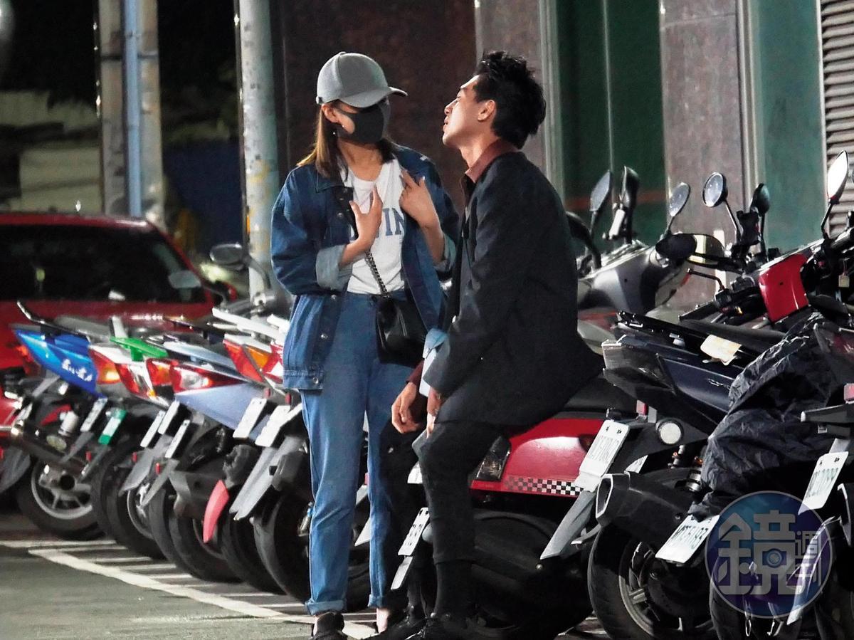 謝富丞坐在別人的摩托車上,一邊看著在旁比手劃腳的妞妞,兩人的深夜談心看似十分開懷。