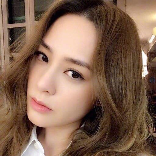 Twins阿嬌嫁給整形醫生賴弘國,兩人感情甜蜜,男方更帶著爸媽到澳門力挺老婆開唱。(翻攝自阿嬌臉書)