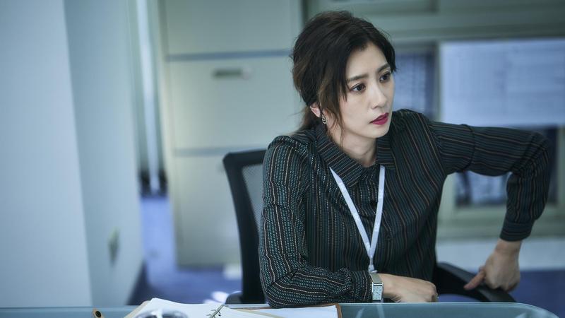 《我們與惡的距離》賈靜雯扮演霸氣新聞部主管,經常對下屬發飆。(公視提供)