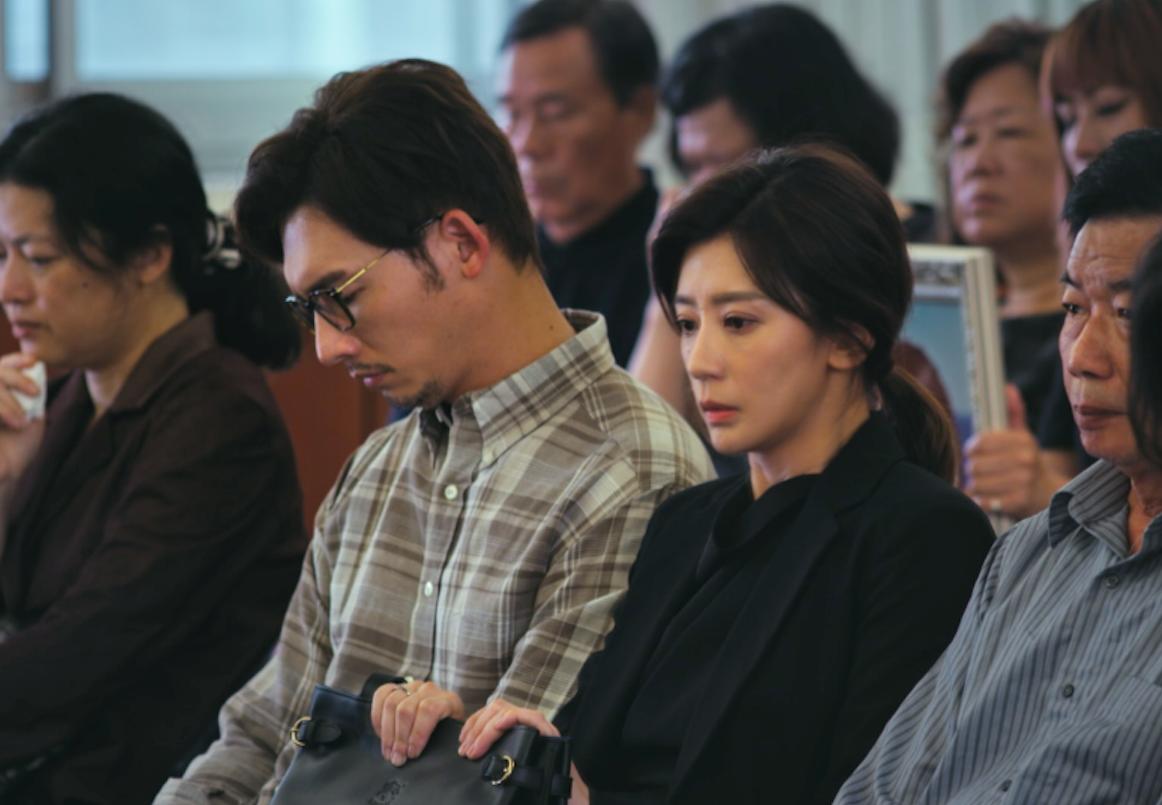 《我們與惡的距離》女主角賈靜雯(右四)堪稱從影最洋蔥演出。(公視提供)