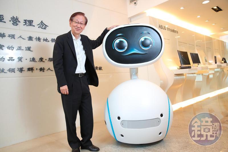華碩總部大廳擺了一座跟人等身高的Zenbo機器人公仔。