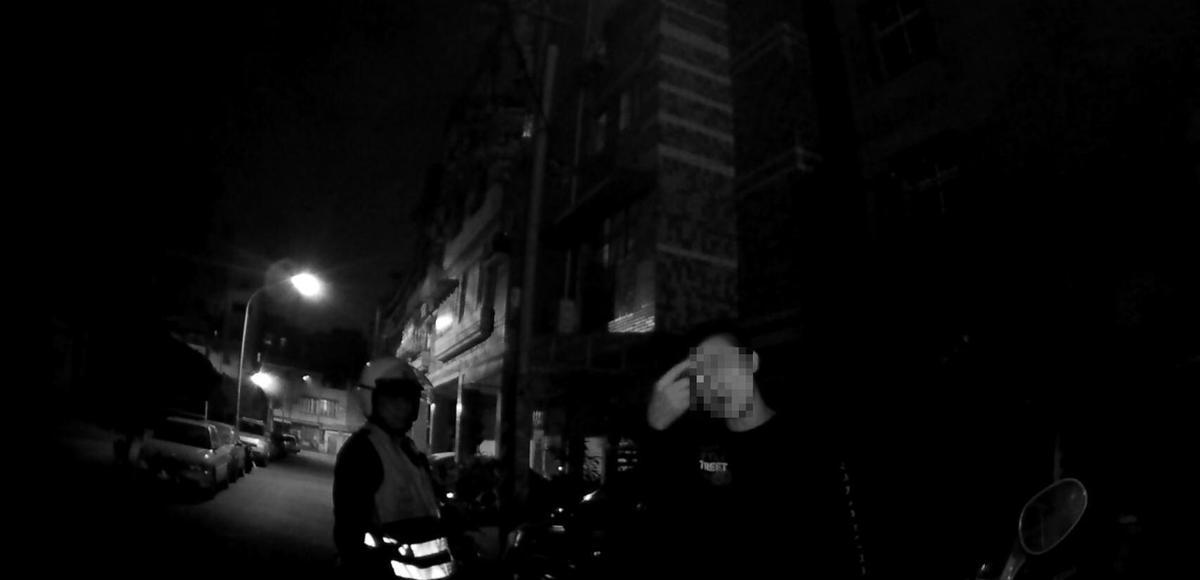 醉漢自稱參加宴席喝了五瓶紅酒,不勝酒力倒臥路旁,不滿警方關心竟飽以老拳。(警方提供)