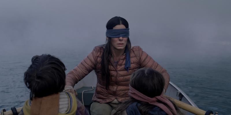 珊卓布拉克在《蒙上你的眼》扮演末日求生的母親梅洛莉,帶著2個小孩逃出不明攻擊。(Netflix提供)