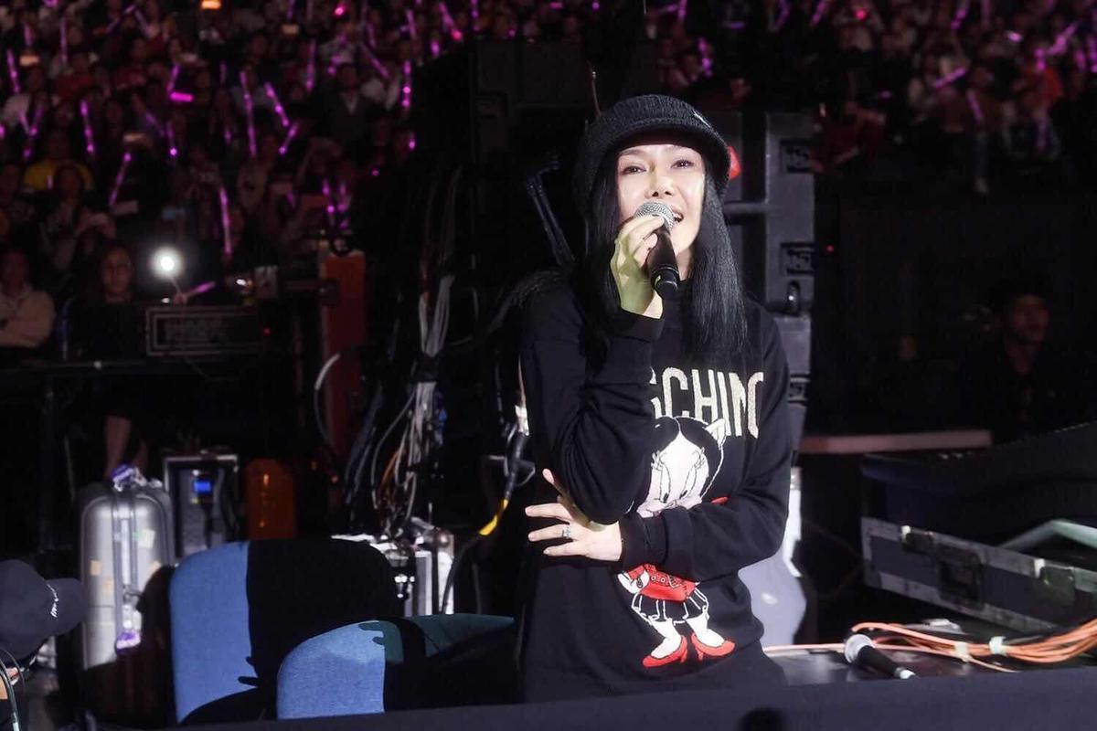 江蕙現身周杰倫澳門〈地表最強〉演唱會,難得開金口跟全場大合唱〈稻香〉。(杰威爾提供)