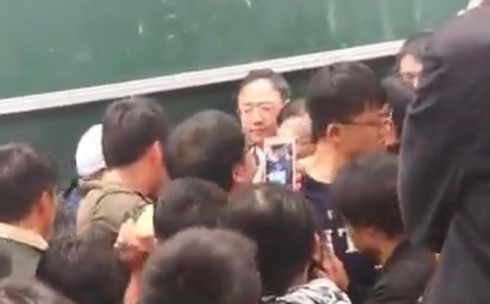 江宜樺離開會場前,聚集現場的民眾高喊殺人院長出庭負責。(翻攝自周安履臉書)
