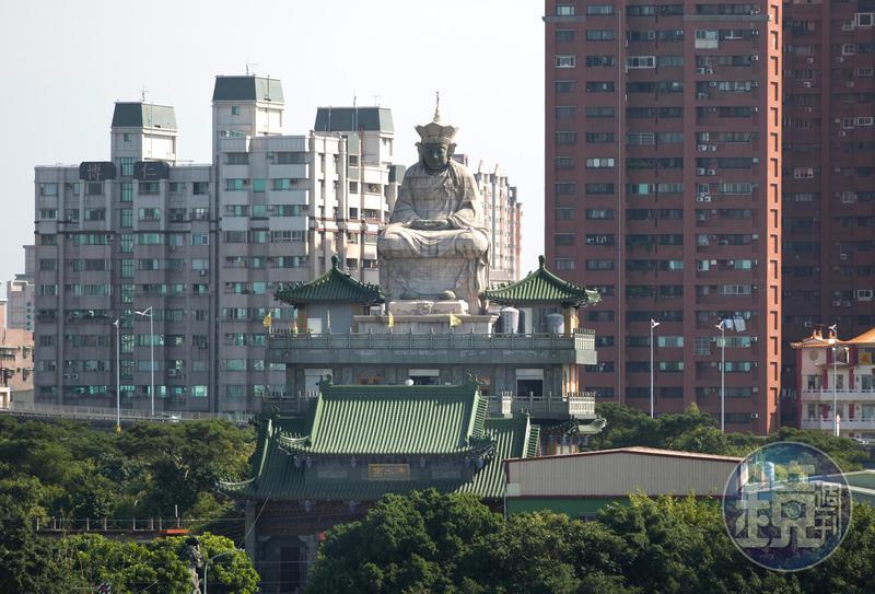 左營洲仔清水宮屋頂上的清水祖師像,是中國師傅做的石材神像。