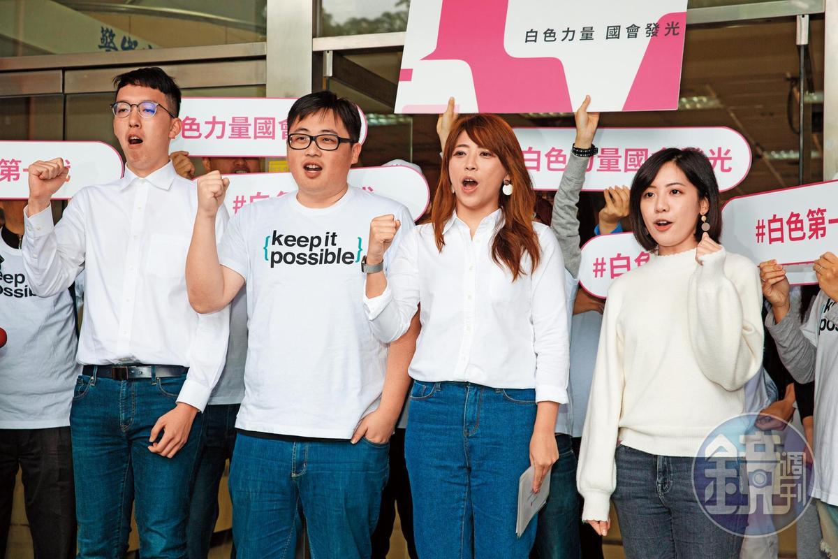 打著「柯家軍」名號的北市前觀傳局長陳思宇登記參選立委補選時,「學姐」黃瀞瑩全程陪同。
