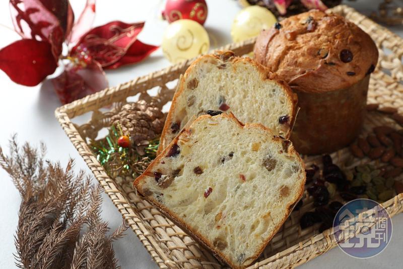 「聖誕水果麵包」組織鬆軟不沉重,飽含果乾熟成香氣。(230元/個)
