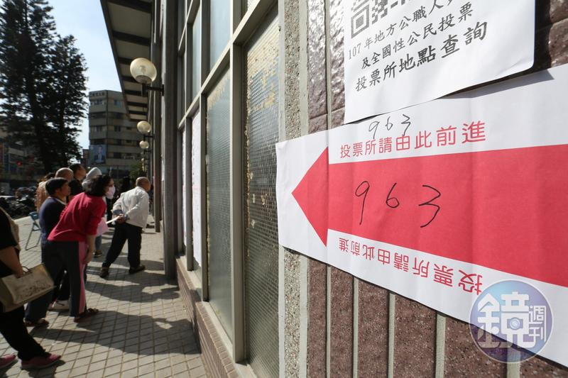 苗栗一名婦人在上個月投票日當天,於投開票所外比2號手勢被開罰25萬元。圖為示意圖。