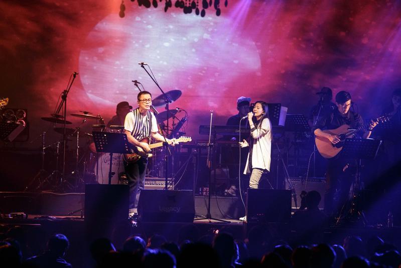 羅大佑的週3俱樂部演唱會19日找來安溥合唱情歌、重現多首羅大佑的經典。 (Legacy提供)