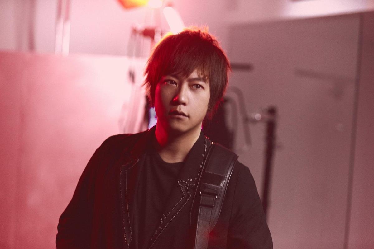 阿信擔任林憶蓮的〈沙文〉的編曲跟和聲,並在MV中入鏡。(天地合提供)