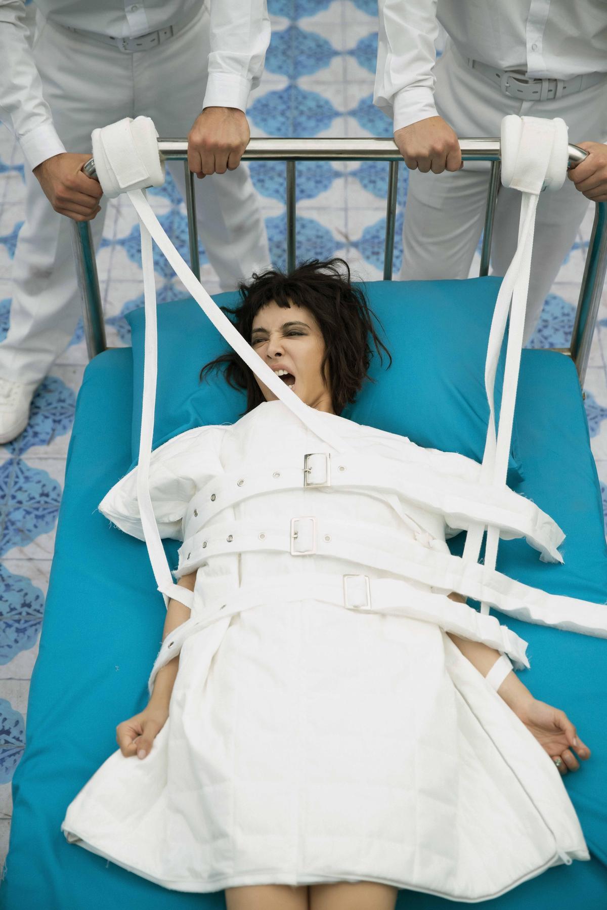 蔡依林的首波主打〈怪美的〉MV延到26日首播,怪美造型先曝光,天后入戲神情整個豁出去。(凌時差提供)