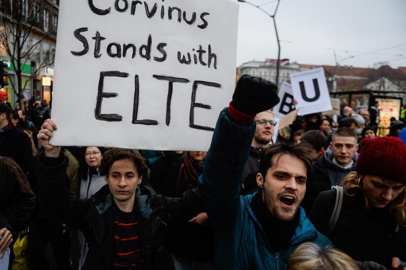 2018年11月25日,數百名匈牙利大學生抗議政府意圖關閉索羅斯所創立的中歐大學。(東方IC)