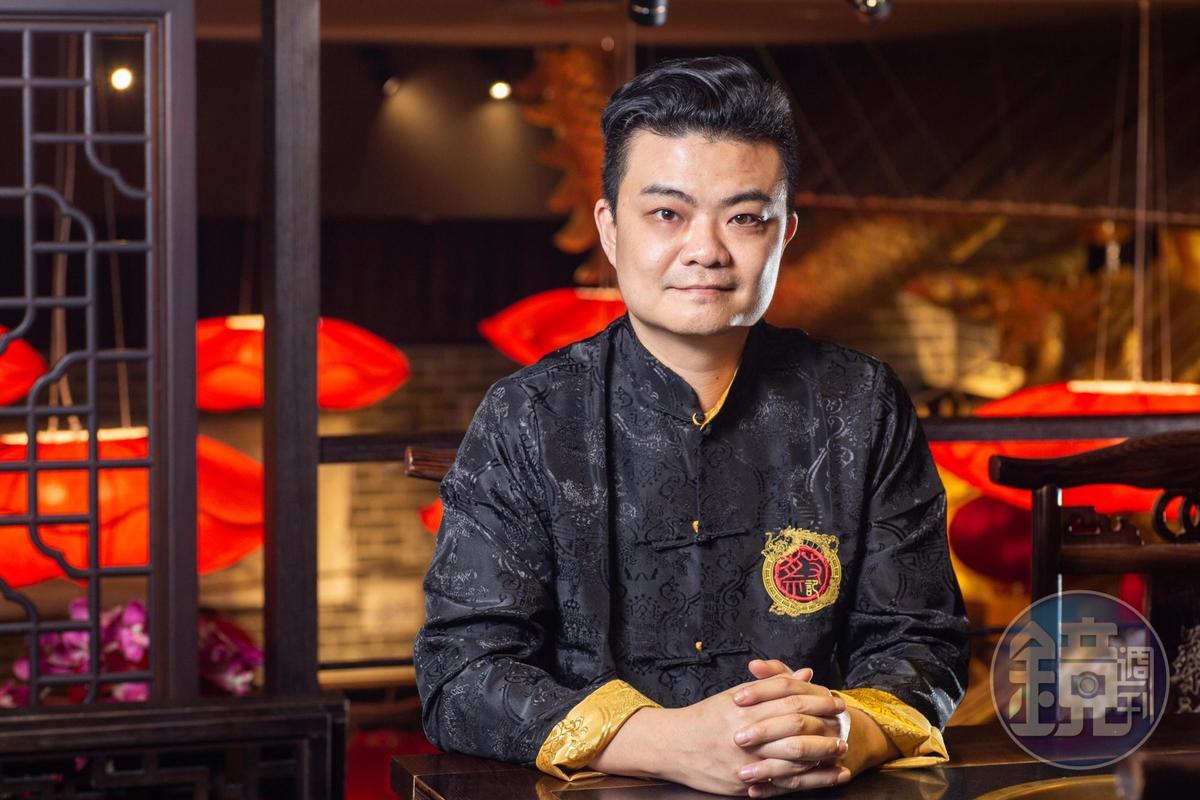 老闆蔡閩川深諳流行餐食文化,打造浮誇系火鍋店,也講究湯頭內涵,赴重慶拜師。