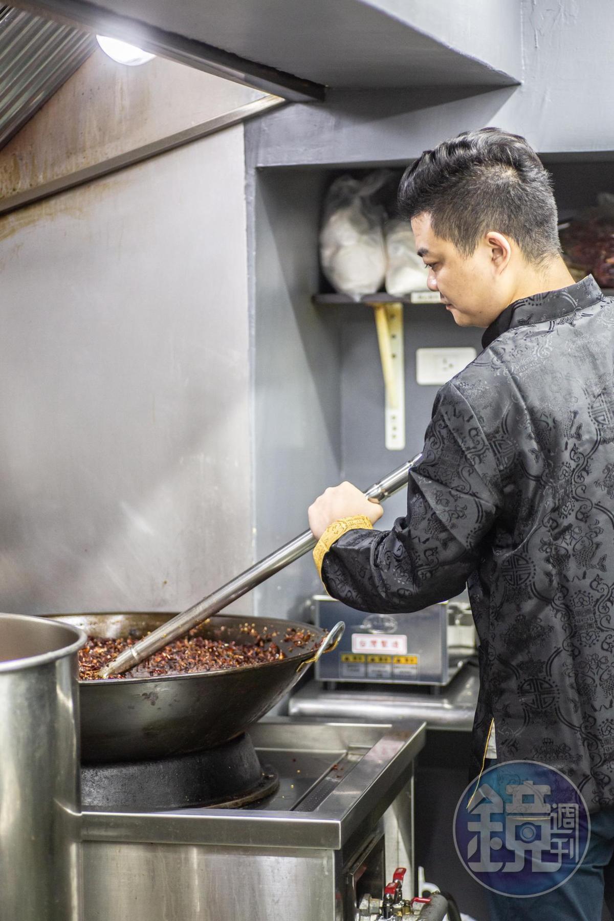 一大鍋底料用量驚人,每2天就得煉炒。