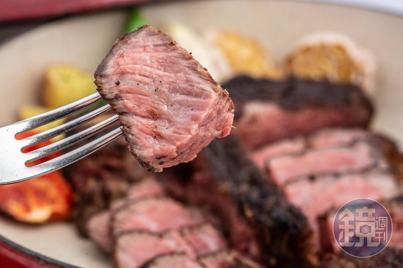 一肉三吃的「和牛丁骨30天熟成」吃得到帶咬勁的紐約克、甜嫩的菲力和肉味濃郁的骨邊肉共3大部位。(8,800元/24oz)
