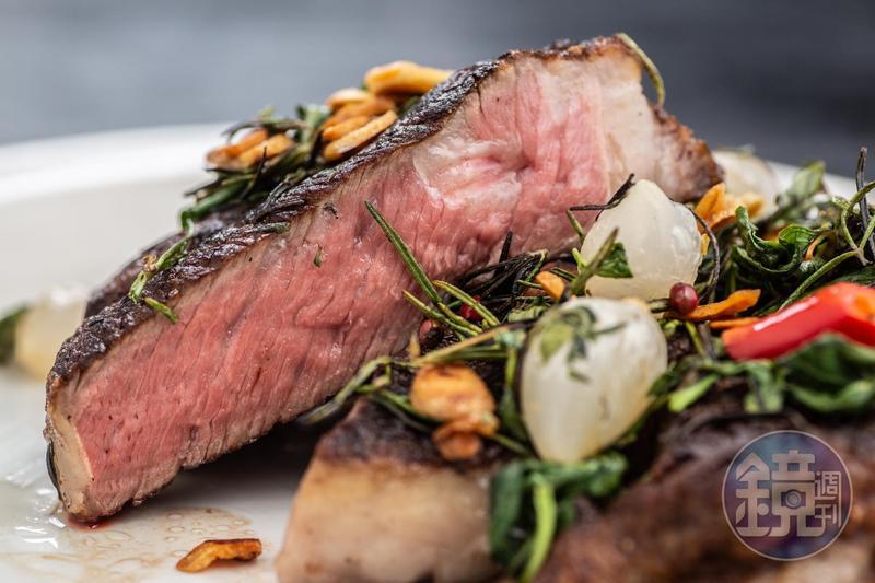 表皮微焦,肉質油潤的「美國肋眼牛排」,搭配九層塔,辣椒,鮮美惹味。(雙人套餐價3,580元/24oz)
