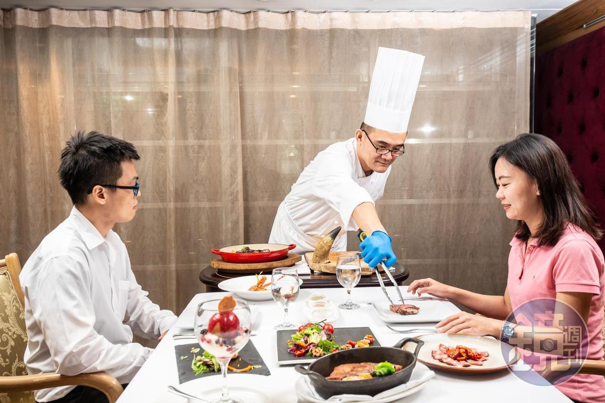 「和牛丁骨30天熟成」會在客人桌邊上菜、現切,讓人感受備受禮遇的尊榮感受。