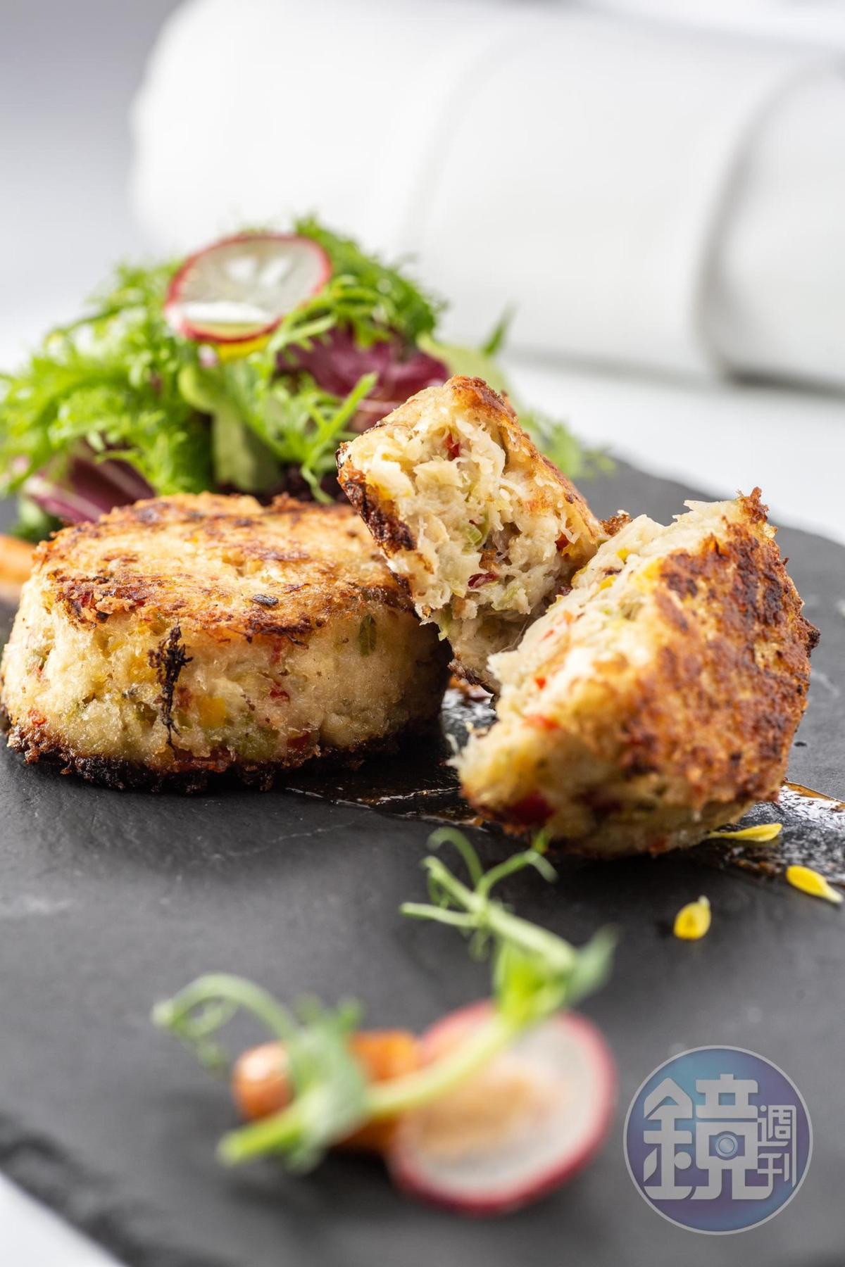 沙公蟹肉加入蔬菜、香料的製作的「路易斯安那蟹肉餅」,搭配辣味紐奧良肯瓊醬,有異國風情。(480元/份)
