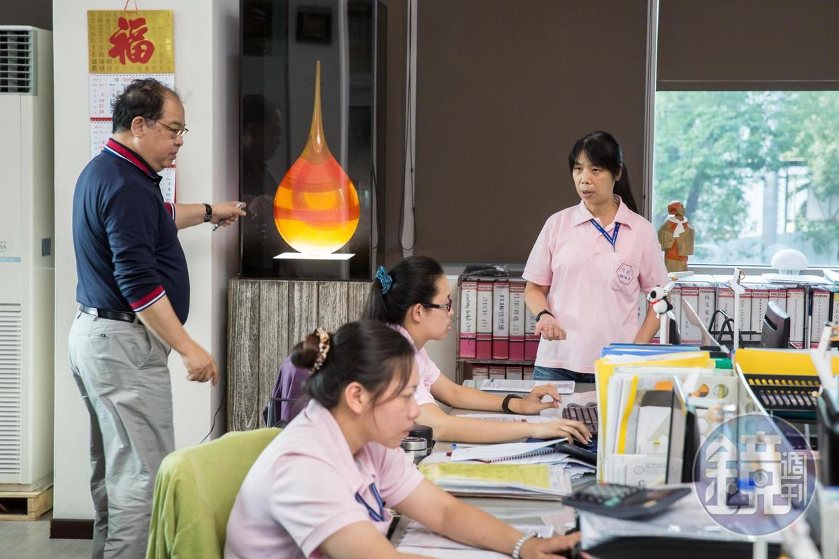採購經理王淑賢(右)曾和林健祥(左)打賭,2012年公司業績破紀錄,全體員工多拿8.5個月獎金。