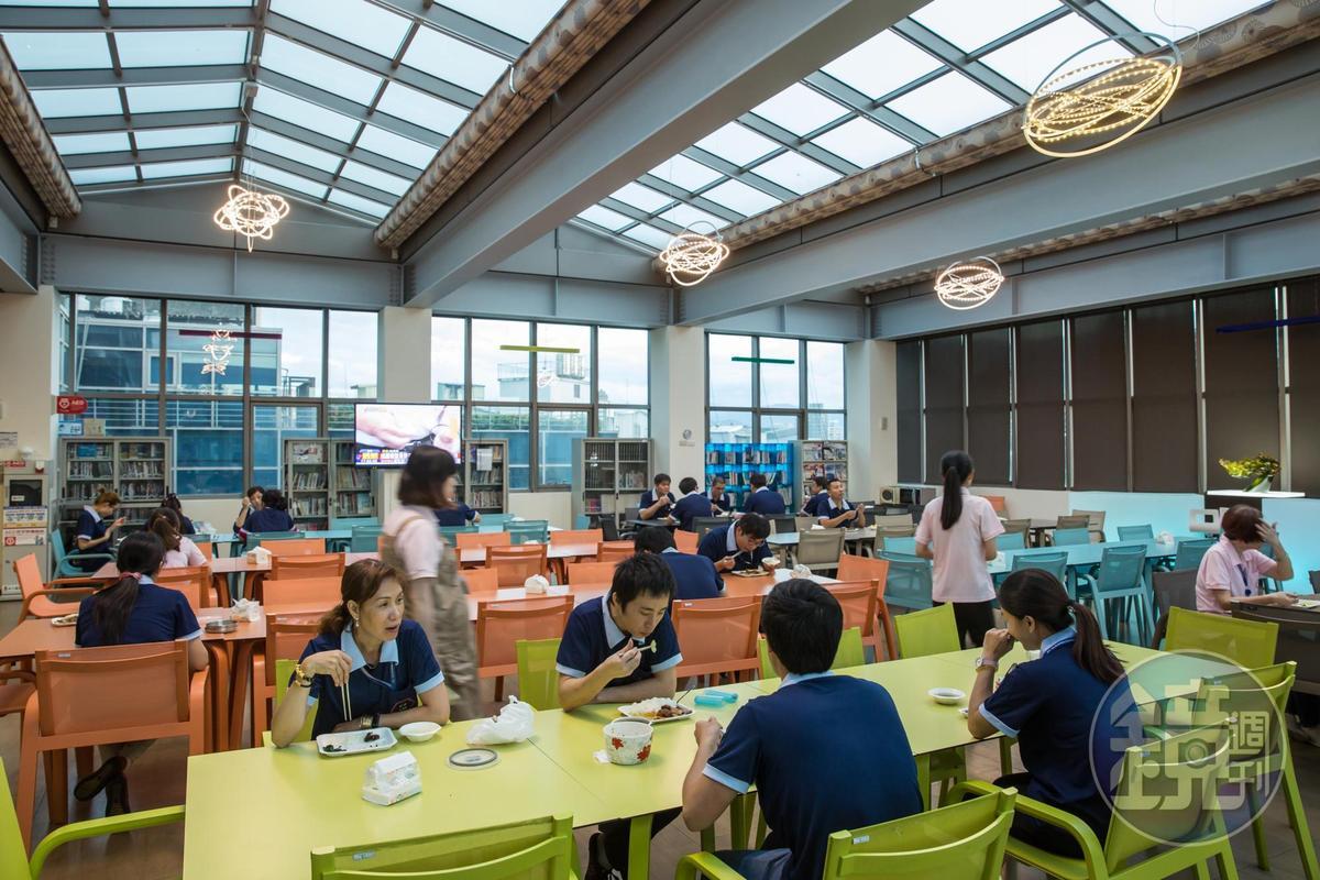 員工餐廳環境十分舒適,所有空間、家具、燈具都由林健祥親自設計選購,另設書櫃也由林健祥提供各類書籍,可供員工借閱。