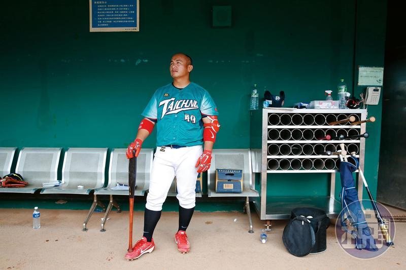 張泰山歷經日本、澳洲打球,今年終於受邀回台,加入業餘的台中市台灣人壽成棒隊。他在休息室若有所思地望向球場外野,這天是他球員人生中倒數第二場比賽。