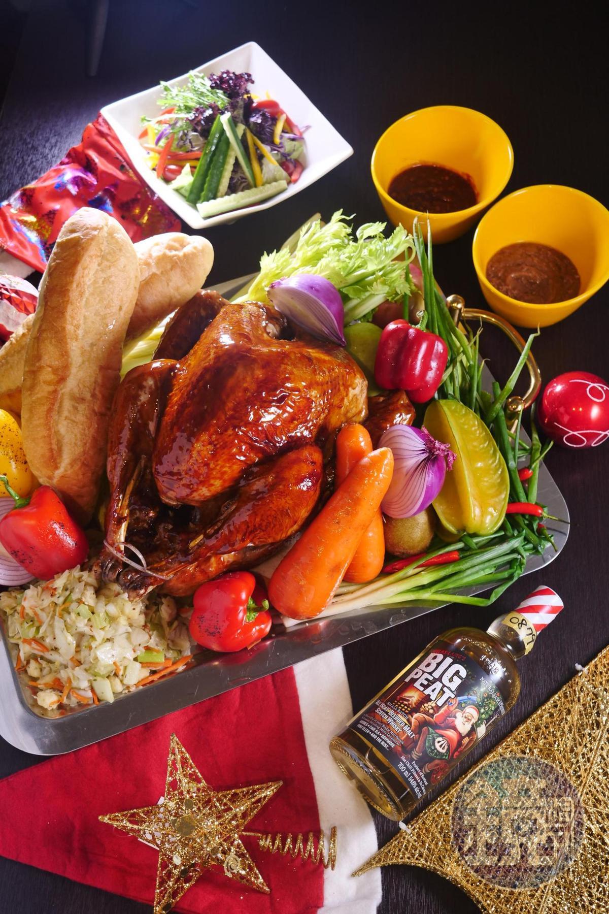 繽紛西餐廳的「感恩聖誕節火雞禮籃組」,足以餵飽全家人。(外帶火雞禮籃組2,288元、火雞禮籃升等全餐組2,688元,需3天前預訂)