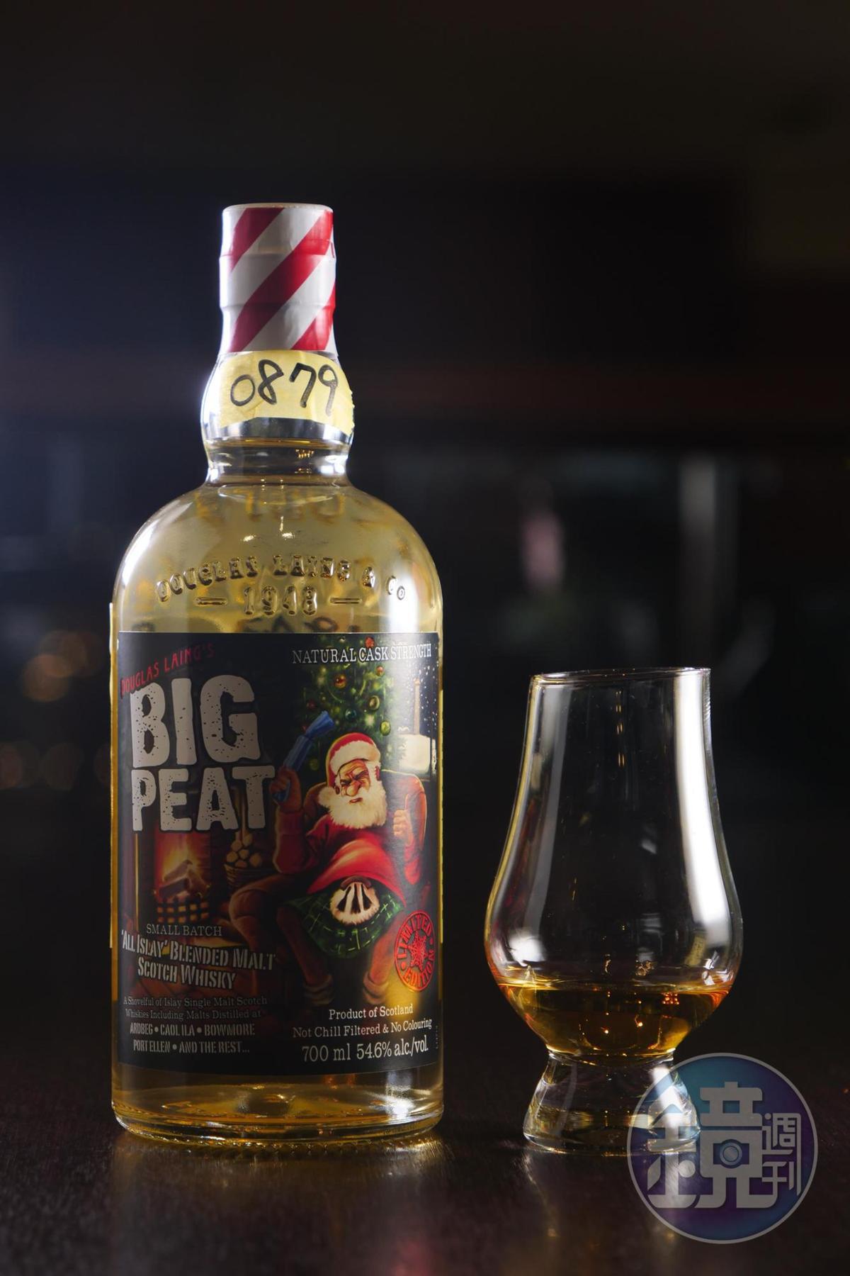 「道格拉斯泥煤哥2016耶誕限定調和原酒」很有節慶感。(320元/單杯、30ml)