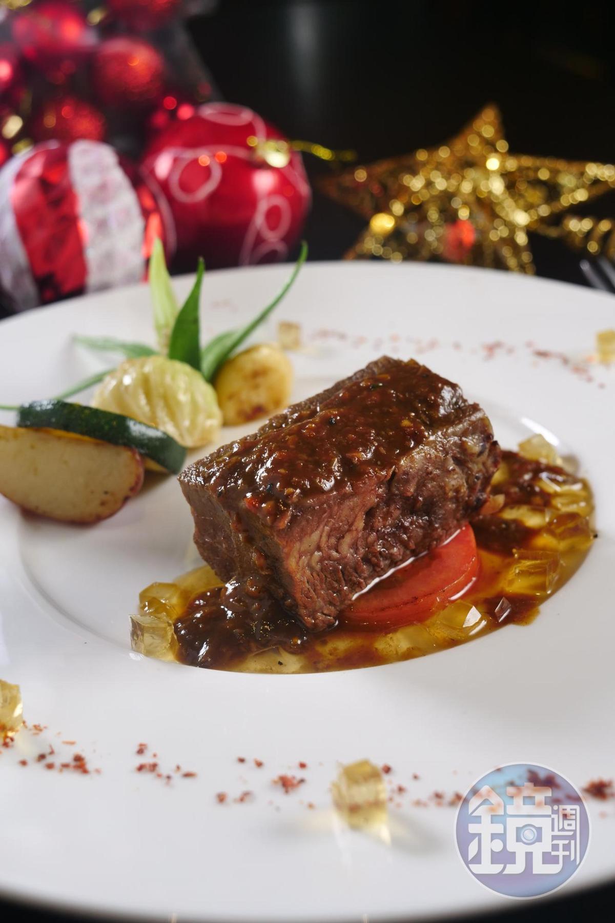 「明皇樓」的「威士忌獨蒜牛肋」,牛肉先滷後烤,配上威士忌果凍與蒜頭,是中式的牛肉滋味。(388元/份)
