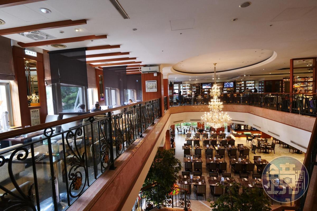 「古華花園飯店」是一座小而美的商務旅館,近年轉型為威士忌主題飯店,餐廳也同步配合。