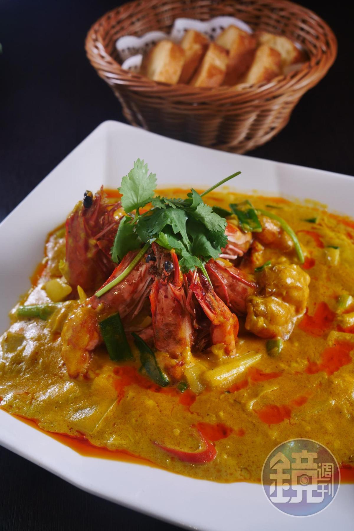 古華薈的「皇室咖哩大蝦」,特色是洋蔥完全炒出甜味,加上咖哩、薑黃、椰奶等佐料,配法國麵包吃最好。(620元/份)