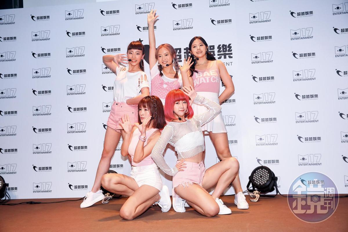 陳詩媛(後排中)和5TEAM團員們每天一早就到公司培訓,練習歌唱和舞蹈。
